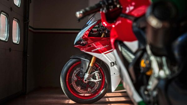 CocMotors-1299-Panigale-Final-Edition-peekaboo